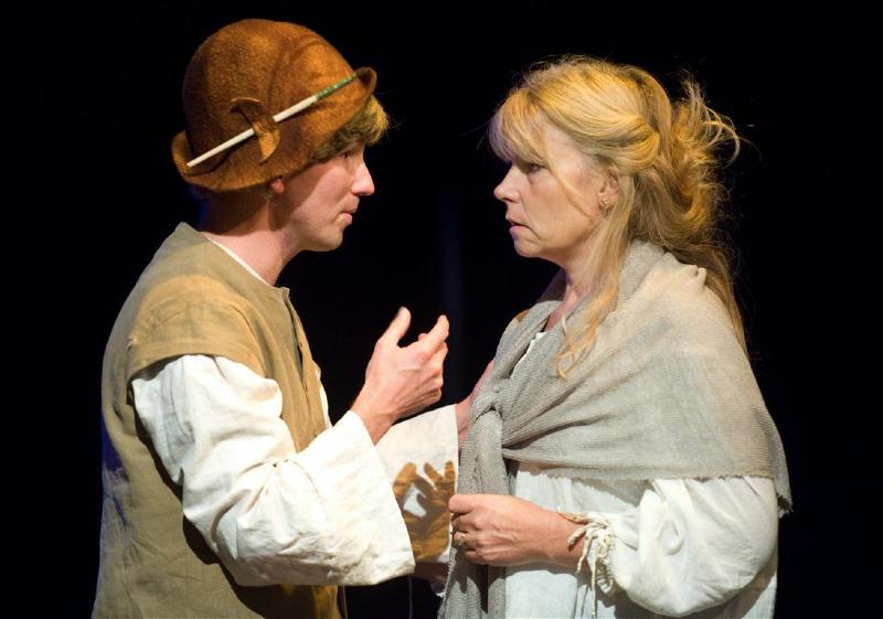 Harmelen - Scene uit het toneelstuk over Jeroen Bosch (op de foto met zijn vrouw) van toneelvereniging Harto dat donderdagavond in premiere gaat (Foto Marnix Schmidt)